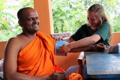 Frivillige hjælper munk til på outreach