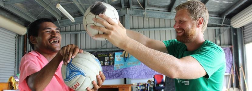 Fysioterapeut i praktik i Samoa arbejder med mand i kørestol