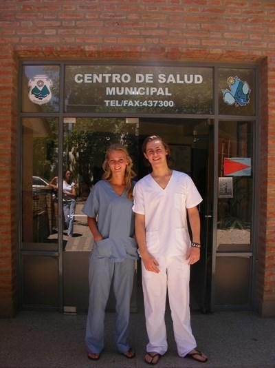 Frivillige på medicinsk projekt foran hospital i Argentina