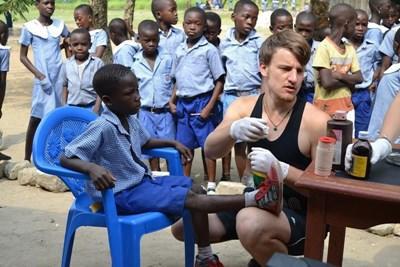 Frivillige behandler lokale børn i Ghana