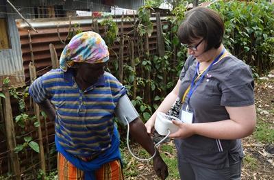 Medicinstuderende måler blodtryk under outreach i Kenya