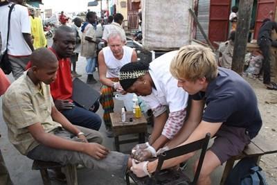 Frivillige behandler lokale på medicinsk outreach i Senegal