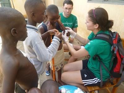 Frivillige behandler lokale på medicinsk outreach