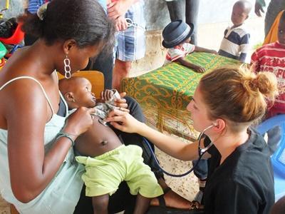 Studerende tjekker mor og barn i Togo