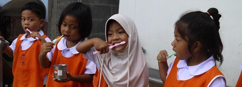 Studerende lærer børn at børste tænder
