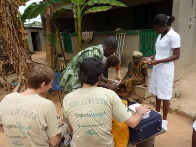 Studerende hjælper til på outreach i Ghana
