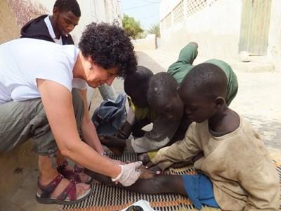 Frivillig behandler senegalesiske børn