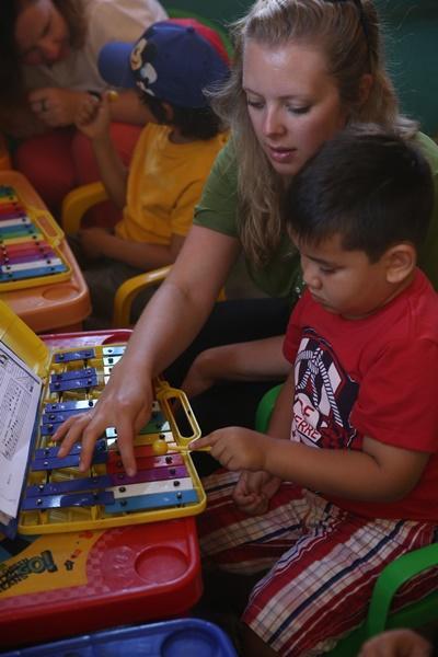 Praktikant med barn fra børnehave i Equador.