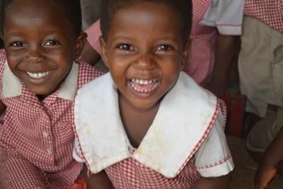 Glade børn fra humanitært projekt i Ghana