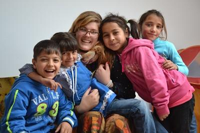 Gruppe af børn med en frivillig på projekt i Rumænien