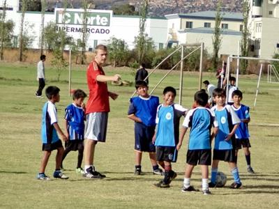Frivillig træner lokale drenge i fodbold