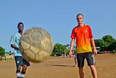 Ghanesisk fodboldspiller og frivillig træner sammen