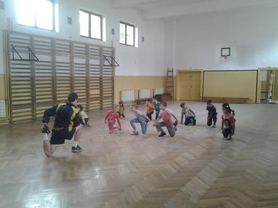 En frivillig laver opvarmning for børn i Rumænien