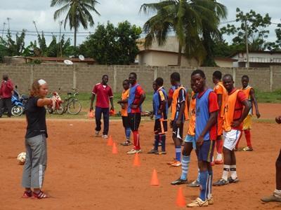 Frivillig træner lokalt fodboldhold i Togo