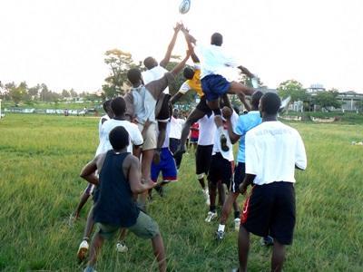 Kamp om bolden under rugby i Ghana