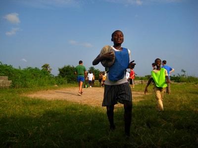 Rugby-træning med børn o gunge I Ghana