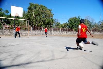 Lokale børn til fodboldtræning