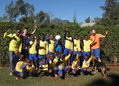 Frivillige poserer sammen med kenyanske fodboldspillere