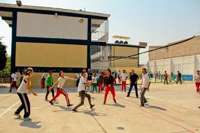 Frivillige og lokale mexicanere spiller volleyball