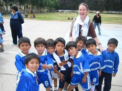 Frivillig træner lokale fodboldspillere i Peru