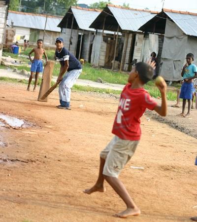 Srilankanske børn træner cricket