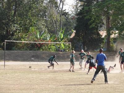 Fodboldkamp under sportsprojektet i Tanzania