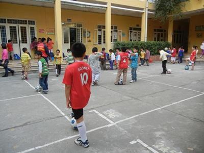 Lokale børn til idrætsundervisning på skole i Vietnam