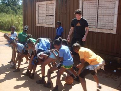 Frivillig står for idrætsundervisningen i Jamaica