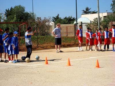 En frivillig træner børn i fodbold i Rabat