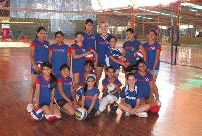 Frivillig med lokale volleyspillere i Bolivia