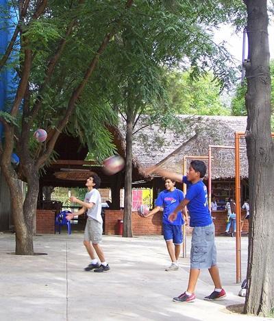 Unge spillere træner volleyball i Bolivia