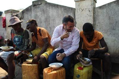 Projects Abroad spiser fra det lokale køkken med lokale mænd
