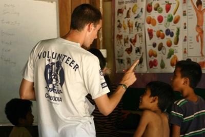 Frivillig underviser lokale børn i Cambodja