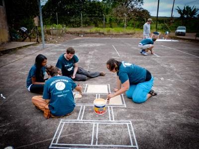Frivillige på undervisningsprojekt på Galapagos renoverer legeplads