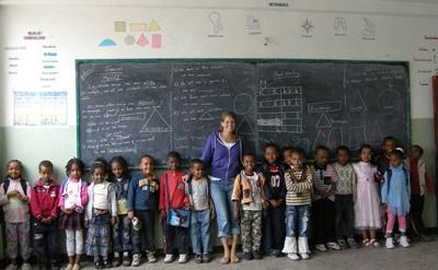 Frivillig med sine elever på undervisningsprojekt