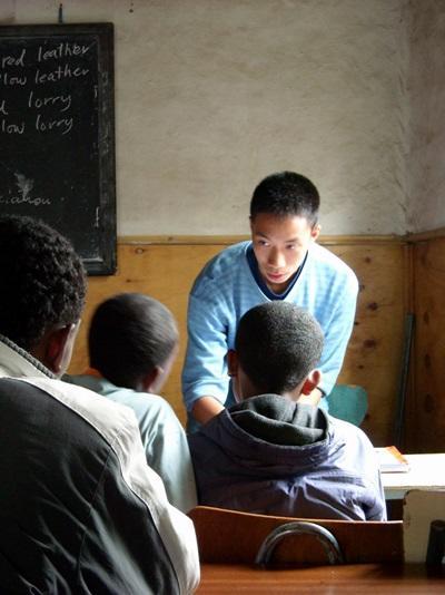 Frivillig underviser lokale unge på skole i Etiopien