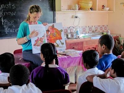 Frivillig underviser fijianske skoleelever