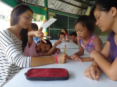 Frivillig underviser lokale børn