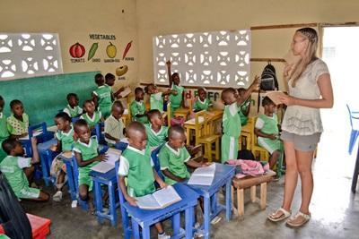 Frivillig i en skoleklasse i Ghana