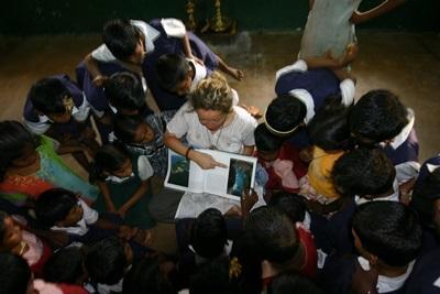 Frivillig underviser en gruppe indiske børn