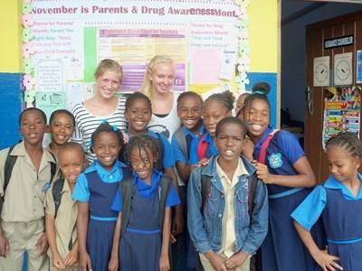 Frivillige sammen med lokal skoleklasse