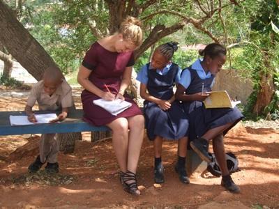 Frivillig underviser børn i Jamaica