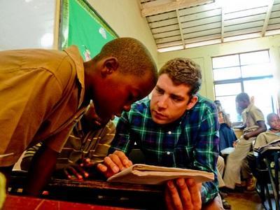 Frivillig underviser dreng i Jamaica