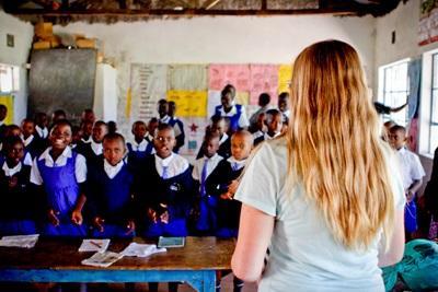 Frivillig underviser børn på skole i Kenya