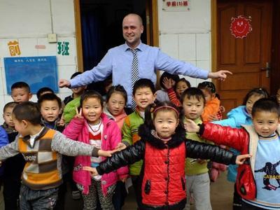 Frivillig med en kinesisk skoleklasse