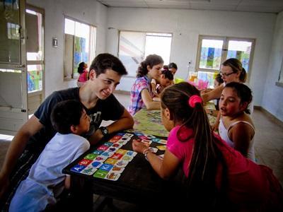 Mandlig frivillig underviser børn