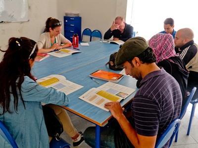 Frivillig underviser voksne i Marokko