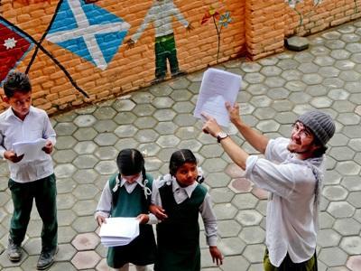 Frivillig underviser børn i drama i Nepal