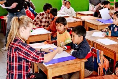 Frivillig underviser lokale skoleelever i Peru