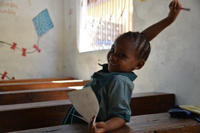 Skolepige i sit klasselokale i Tanzania